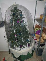 Schneiender künstlicher Weihnachtsbaum