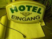 Älteres beleuchtetes Hotel -