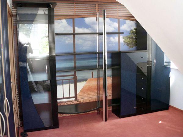 """Wohnwand """"Luna"""" Hochglanzfront schwarz blau Vitrine Schränke Schrankwand Wohnzimmer Jugendzimmer - Schönwalde - sehr gepflegte schöne Schrankwand """"Luna""""Gehobene Qualität, keine Billigware.Die Wohnwand ist sehr gepflegt und gereinigt. Die einzelnen Schränke sind zusammengebaut und haben nur geringe Gebrauchsspuren.Frontenfarben High Glossy schwarz u - Schönwalde"""