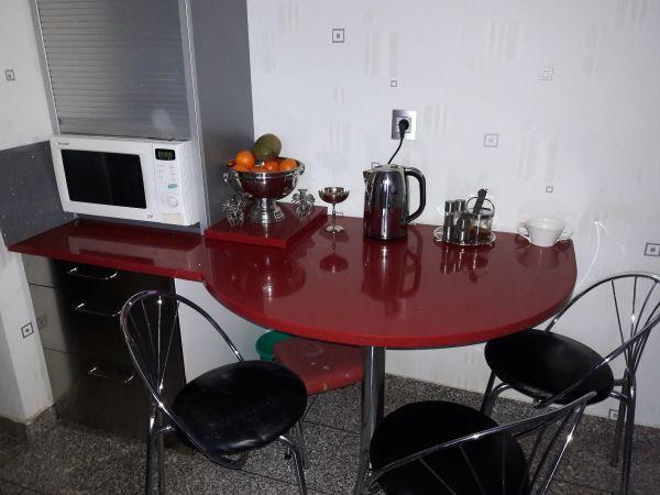 Tisch oder Schreibtisch Tischplatte aus rotem Quarzstein mit Spiegelsplieter - Neckarsulm - Verkaufe eine Tisch Kombination aus einem Unterschrank in Edelstahl Optik und eine Quarzsteinplatte mit eine außergewöhnlichen Form. Der Tisch kann auch als Schreibtisch oder Computertisch benutzt werden. Das gerade stück 67cm Breite in de - Neckarsulm