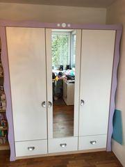 Kinderzimmer - Kleiderschrank und Bett