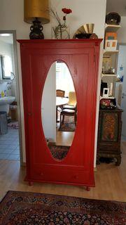 Roter weichholz Garderobenschrank