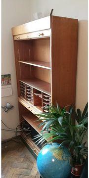 Klassischer Rollladen-Büroschrank