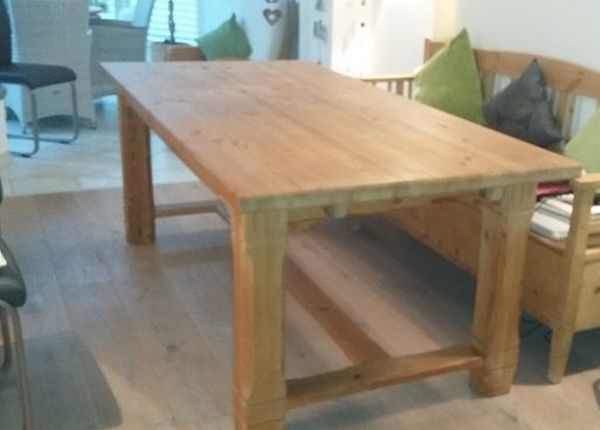 massiver Holztisch mit 4 Stühlen - Kämpfelbach Kämpfelbach - Verkaufe einen massiven Kieferholztisch, gelaugt/geölt mit 4 Stühlen. Alles befindet sich in einem guten Zustand. Die Maße des Tisches sind in der Breite 0.95 m und in der Länge 2,00 m, Plattenstärke 4cm + eine einlegbare  - Kämpfelbach Kämpfelbach