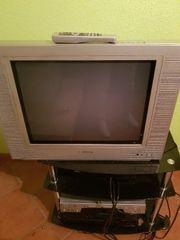 Fernseher und Tisch