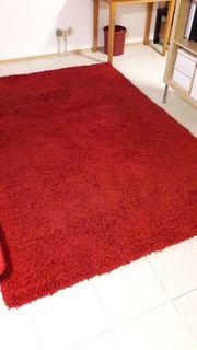 Roter Hochflorteppich