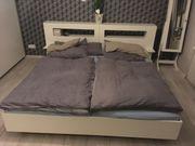 Weißes Doppelbett mit