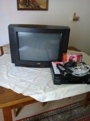 Farbfernsehgerät und VHS Videocassettenrecorder