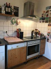 kleine voll ausgestattete Küche zur
