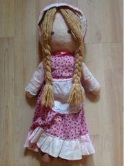 Puppe mit langen Zöpfen