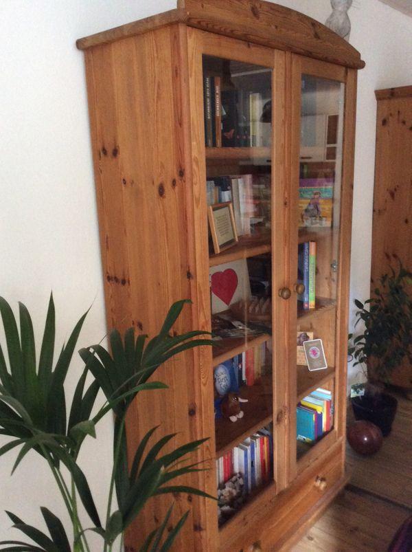 Bücherschrank aus Vollholz mit Glastüren
