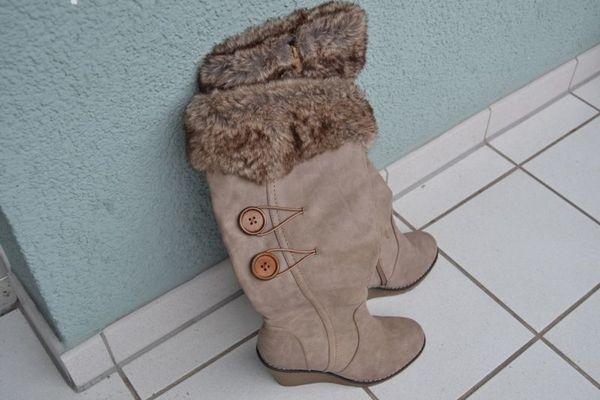 Schöner eleganter Stiefel Farbe Beige, Gr. 37 - Frankfurt - Biete einen Stiefel Gr. 37, 1 x getragen an. Dieser ist imprägniert wasserabweisend, innen gefüttert und hat eine warme Innensohle, Reißverschluß, Gummisohle, Absatzhöhe 8 cm, Umfang Unterschenkel 36cm. Abholung oder Versand per Post 4,50 - Frankfurt