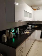 Neuwertige Küche mit Geräten zu