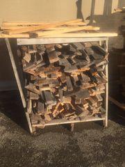 Brennholz von zerlegten Paletten Paletten
