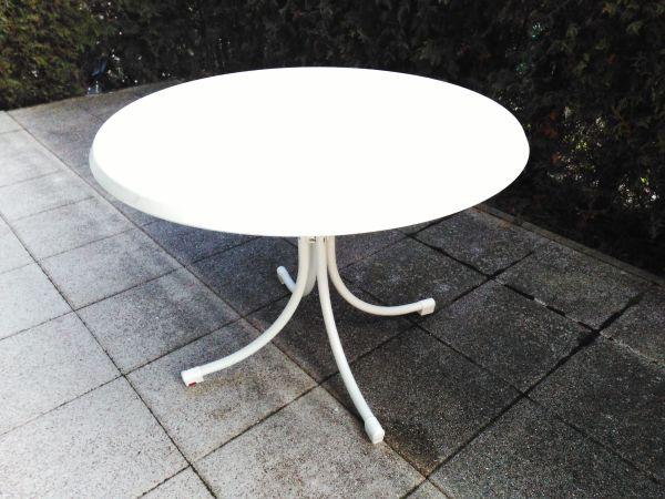 Runder Gartentisch 100cm Durchmesser mit Metallrohrfüßen, Tischplatte klappbar, sehr guter Zustand - Schorndorf - Stabiler, runder Gartentisch mit Metallrohrfüßen und mit stabiler Tischplatte aus robustem, wetterfestem Kunststoffmaterial. Die Tischplatte hat 100cm Durchmesser, der Tisch ist 73cm hoch. Die Tischplatte ist weiß/marmoriert, die Metallfü - Schorndorf