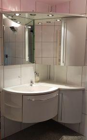 Schöner Eck-Waschtisch und Spiegelschrank