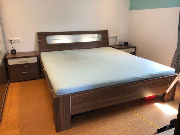 Komplettes Schlafzimmer (Bett, Nachtkästchen und Kleiderschrank) in ...