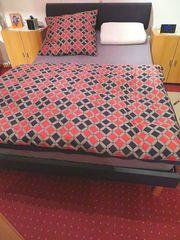 Bett ohne Matratze und Deko