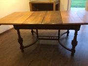 Antiker Tisch mit Stühlen