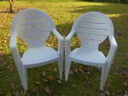 2 weiße Gartenstühle,